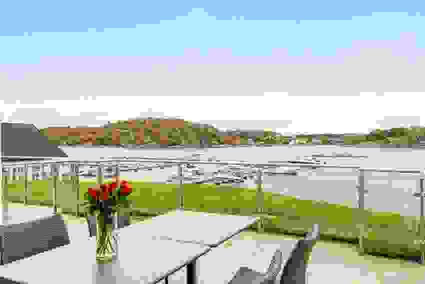 Terrasse med nydelig utsikt mot sundet