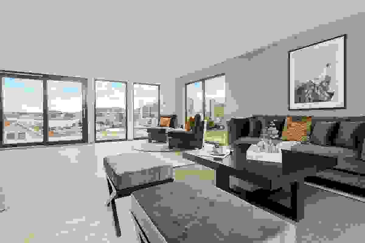 """Vakker utsikt """"fyller"""" nærmest rommet, og det er vanskelig å ikke la seg fasinere av sjølivet fra Vrengensundet på nedsiden av eiendommen."""