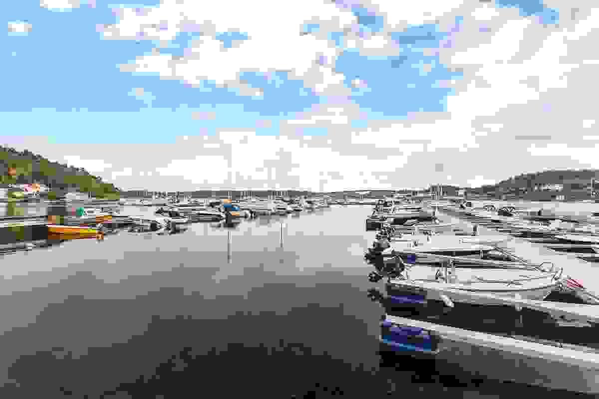 Nærområde; Småbåthavn rett på nedside av eiendommen