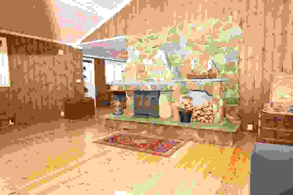 Stue med murt natursteinspeis med innsats