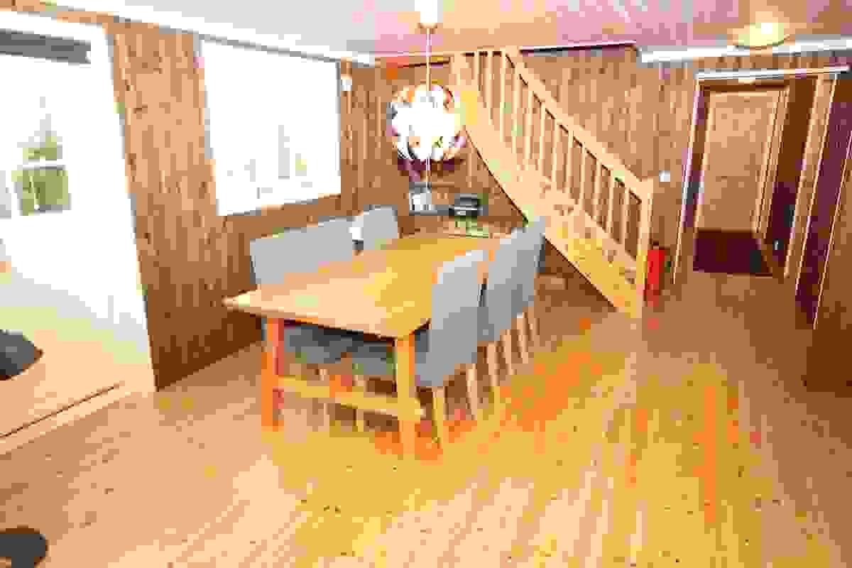 Avsatt sted til spisesplass på kjøkken/allrom med utgang til overbygget terrasse