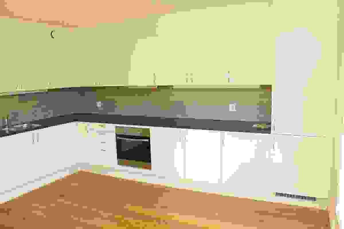 Hvit kjøkkeninnredning med integrerte hvitevarer