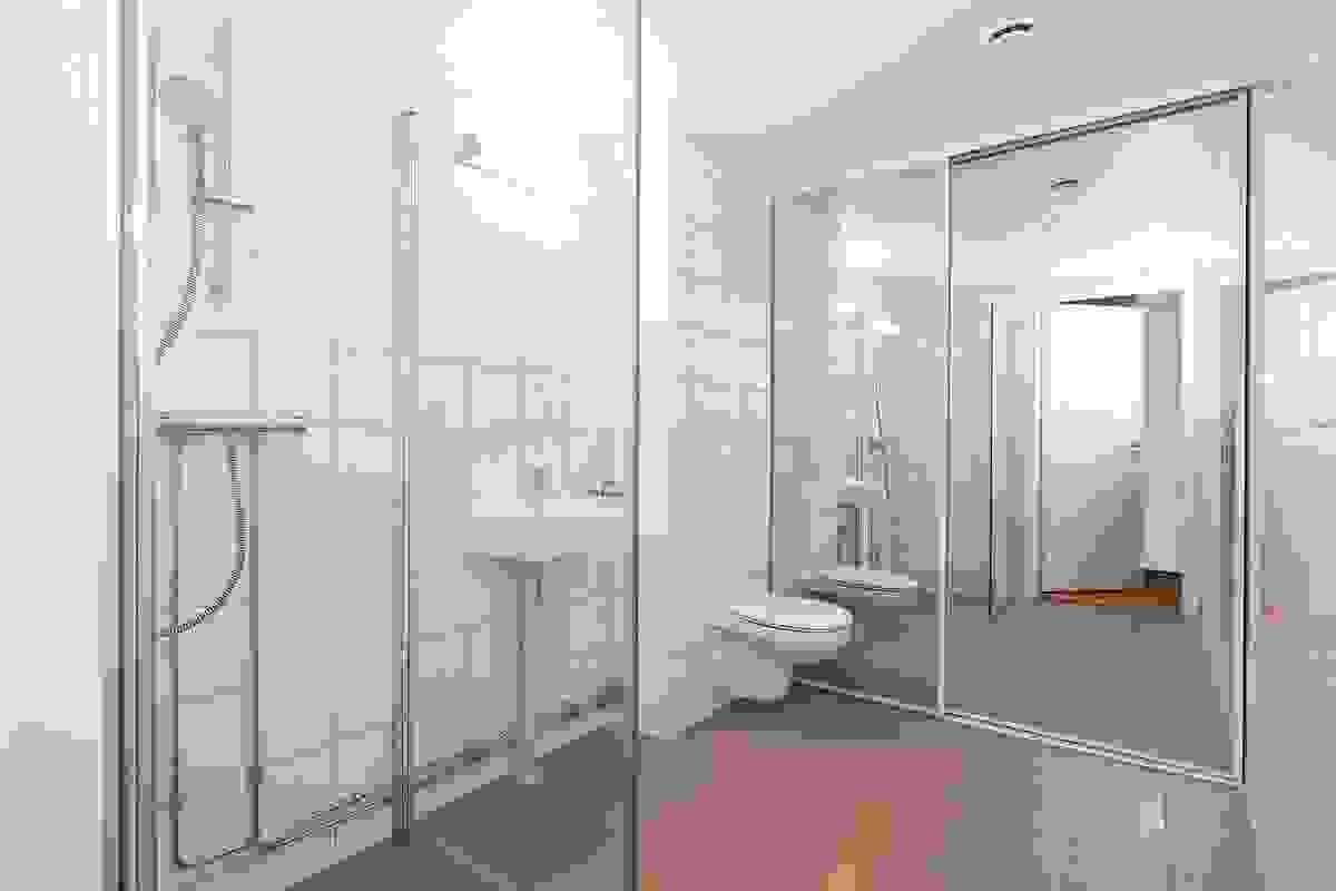 Bad/vaskerom med vaskeromsdel (bak speilskyvedør)