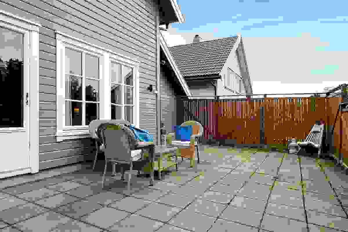 Solrik og usjenert terrasse.