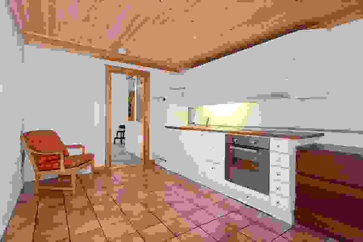 Stue med åpen kjøkkenløsning i kjeller