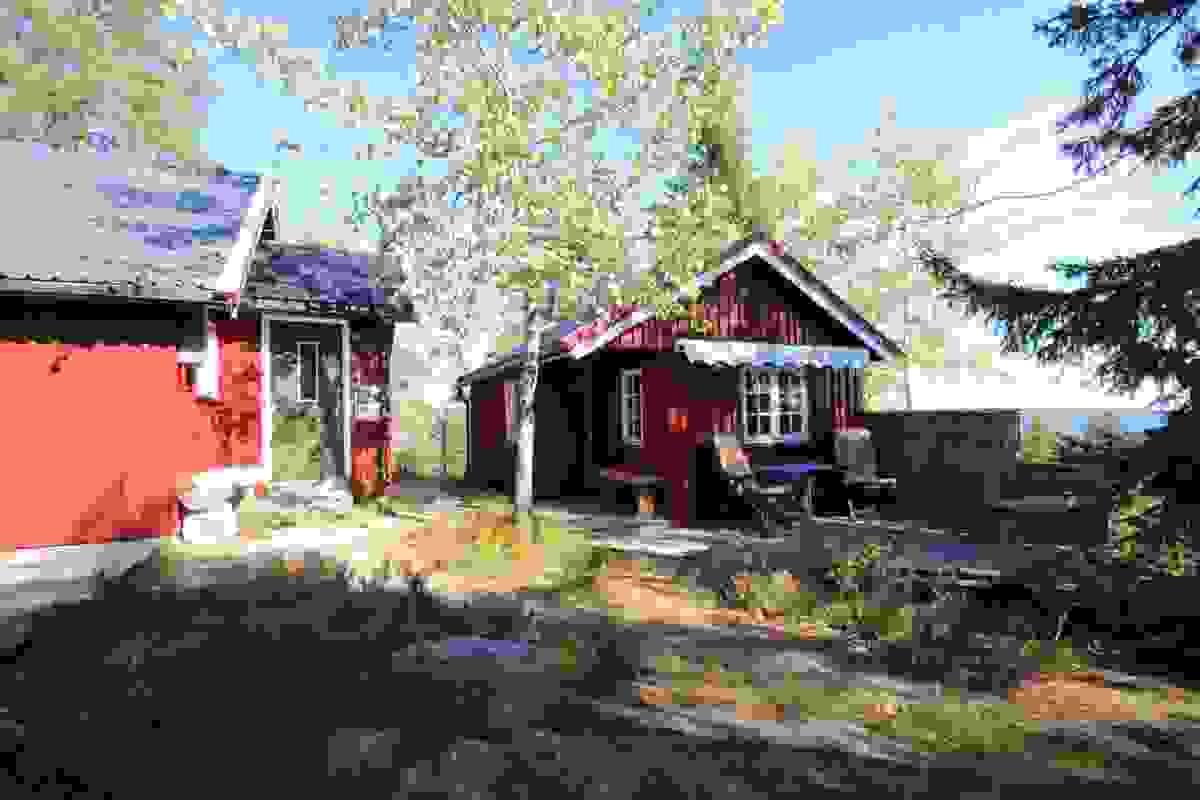 Hyggelig uteplass med terrassemarkise og levegg