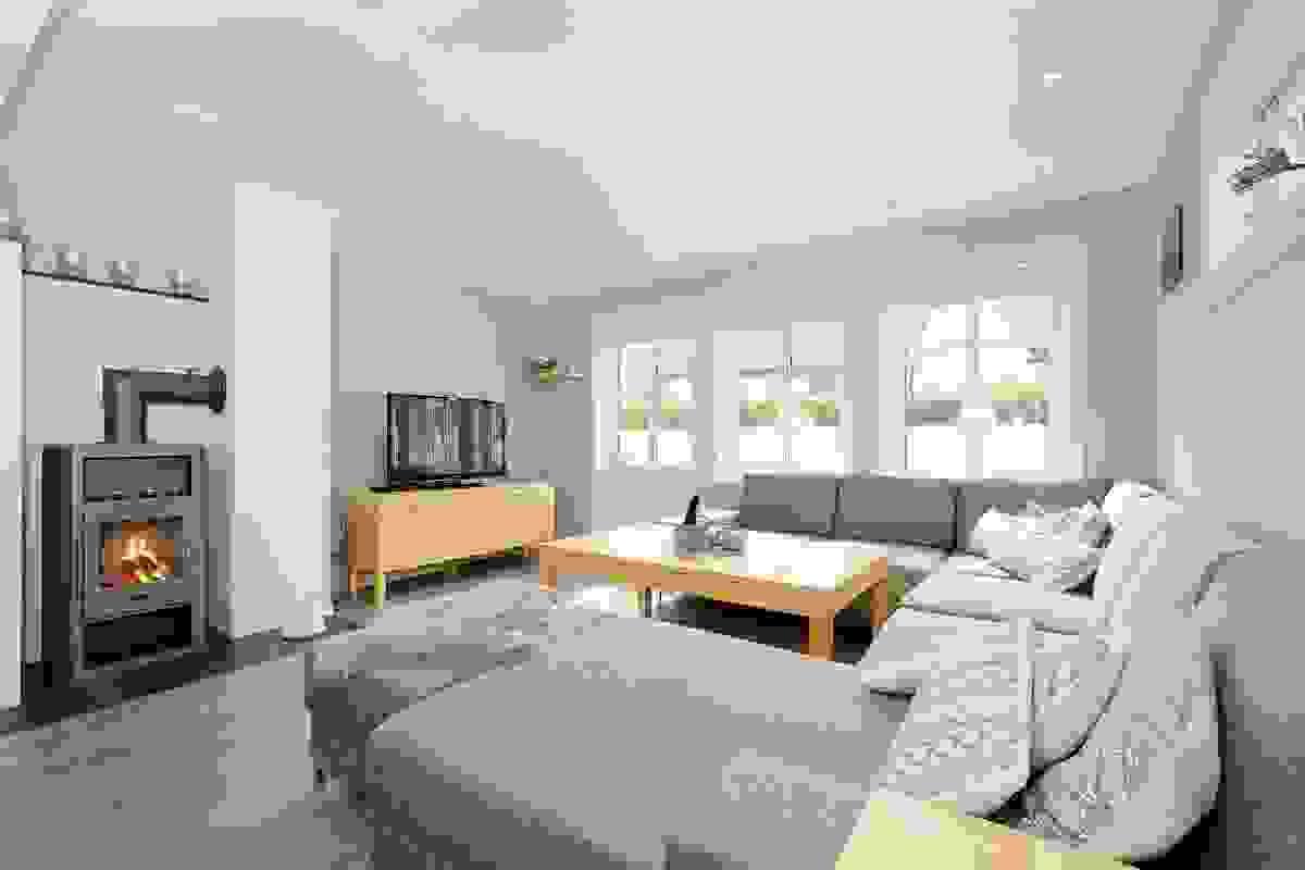 Stue med moderne peisovn og utgang til stor uteplass