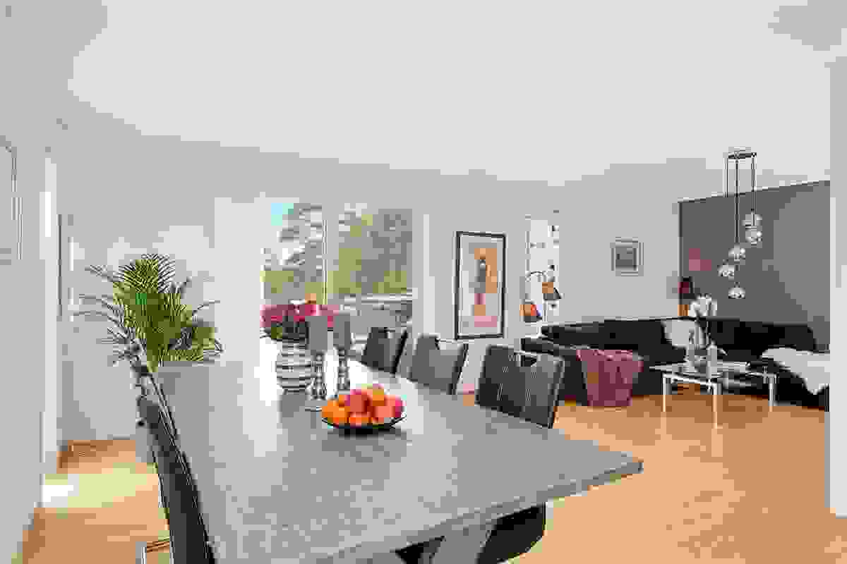 Rommet har en flott løsning med naturlige soner for hovedstue mot vest, samt spisestuen ved kjøkkenet.