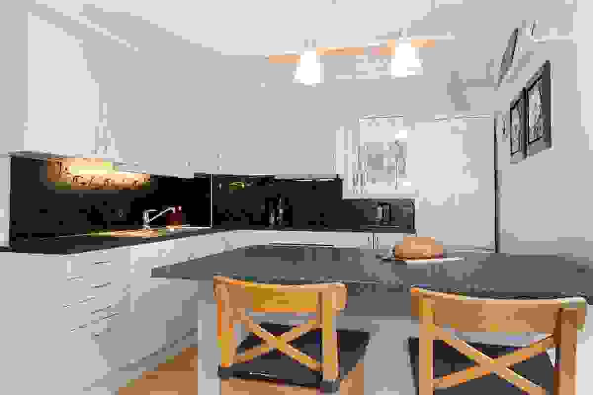 Flott løsning med kjøkkenøy, hvor det er ekstra skapplass og enten frokosten kan nytes eller gjester kan sitte når middag lages