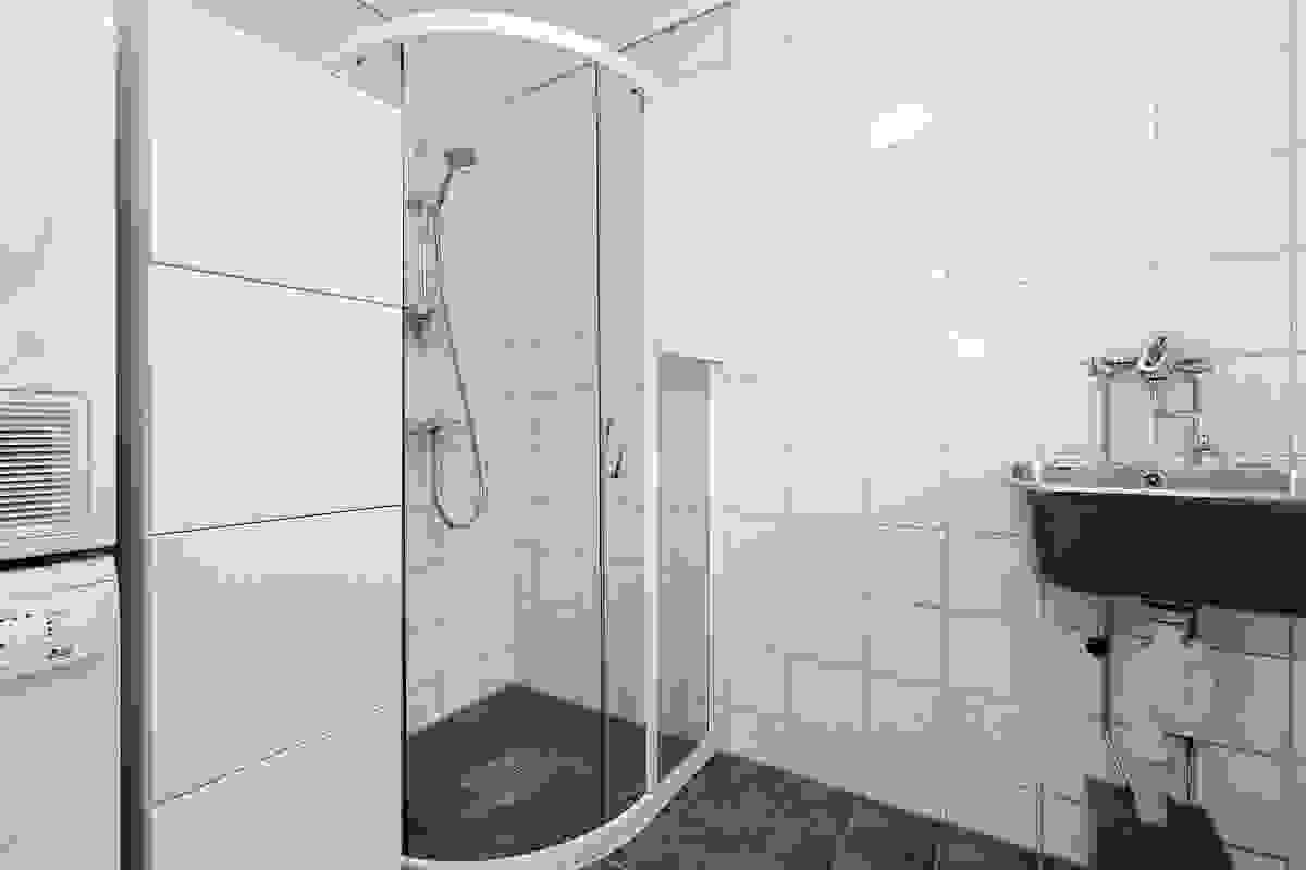 Også badet i 1. etasje er helfliselagt og varmekabler i gulv gir deilig temperatur året rundt.