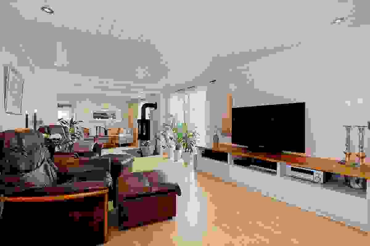 Stor stue med flere soner, tv- og kosekrok.