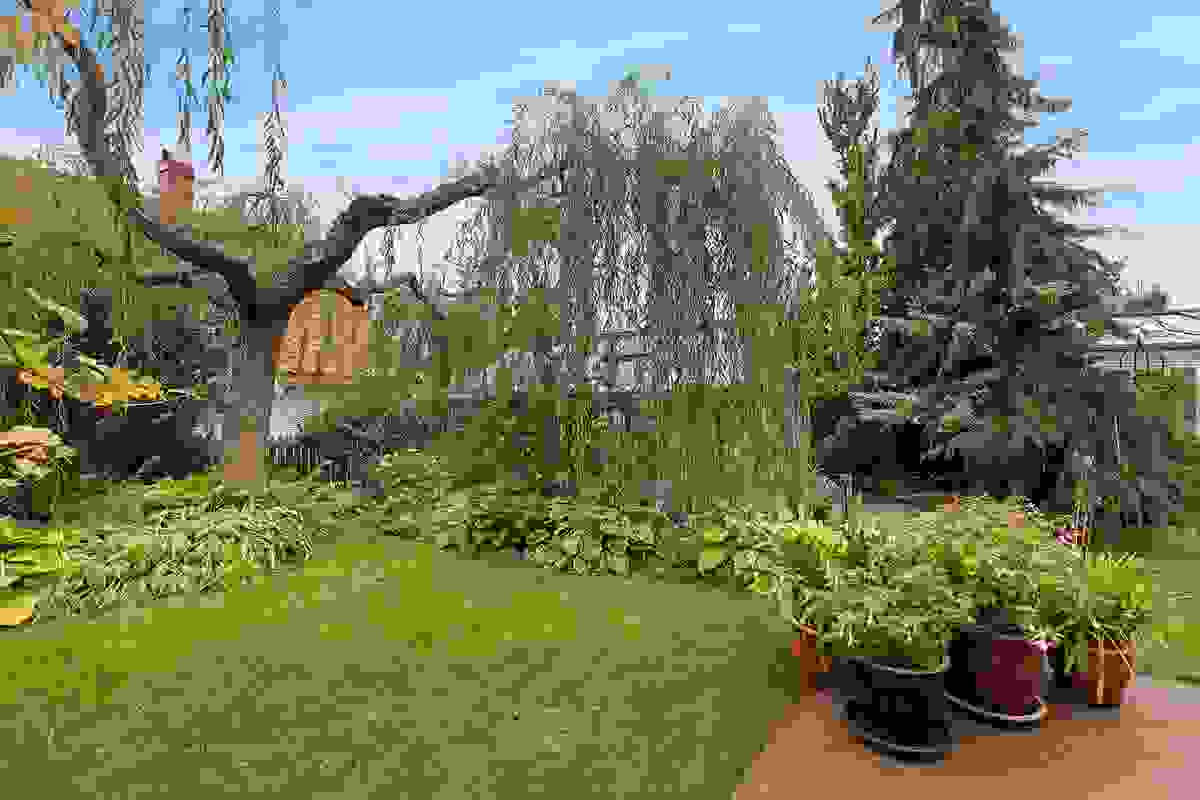 Praktfull hage som er nøye utformet