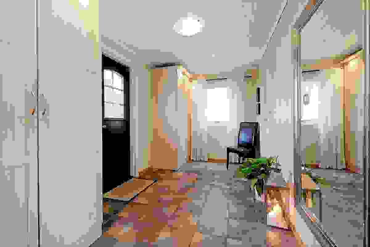 Romslig hall med flislagt gulv og god garderobeplass