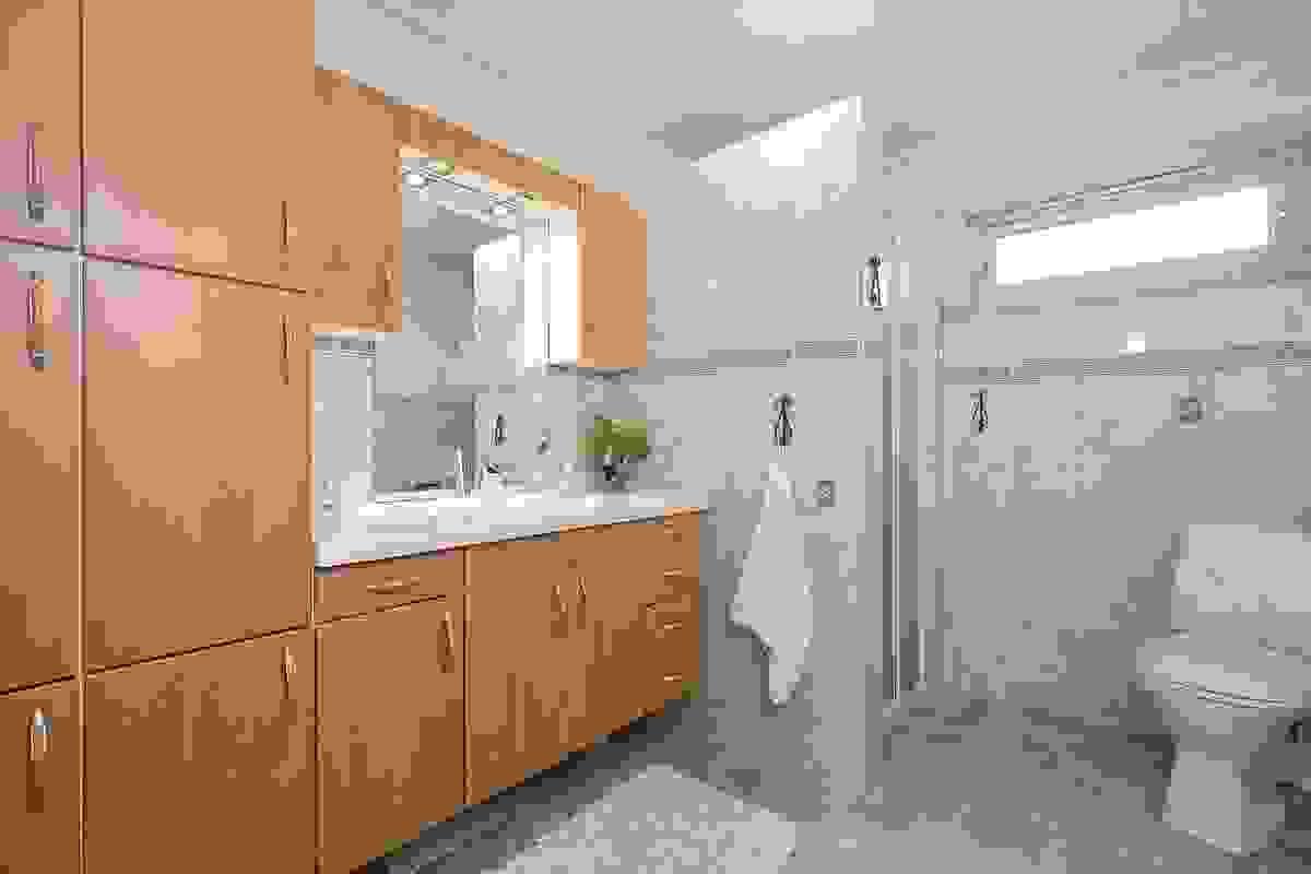 Bad med flislagt gulv og vegger, samt godt med skapplass