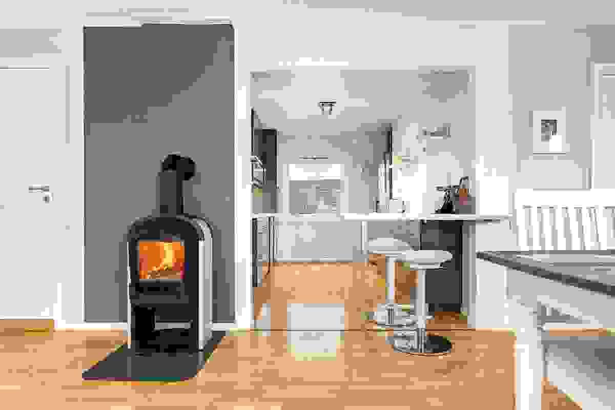 Stue-/spisestuen ligger i naturlig sammenheng med det romslige kjøkkenarrangementet