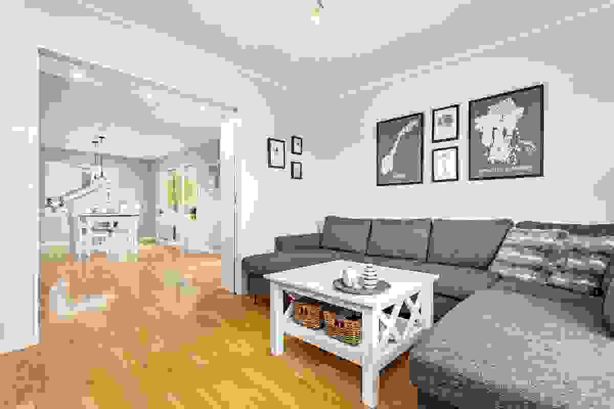 TV-stuen ligger innenfor stue-/spisestue med dobbel skyvedør som deler av rommene