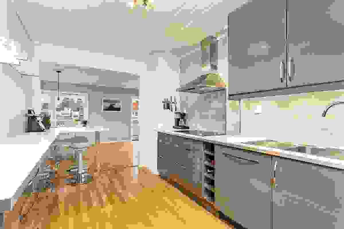 Boligen er innredet med et moderne, men likevel klassisk og stilrent kjøkken med flere flotte detalje