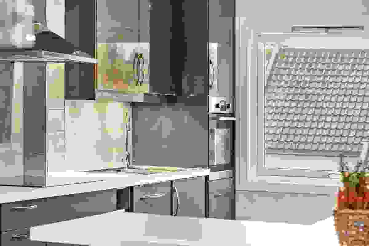 Kjøkkenet har vindu mot hagen i syd