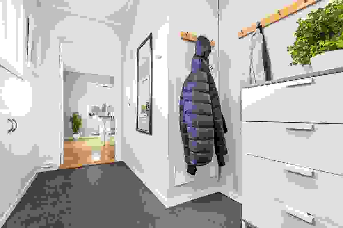 Entre/gang med garderobemuligheter og trapp opp til loft