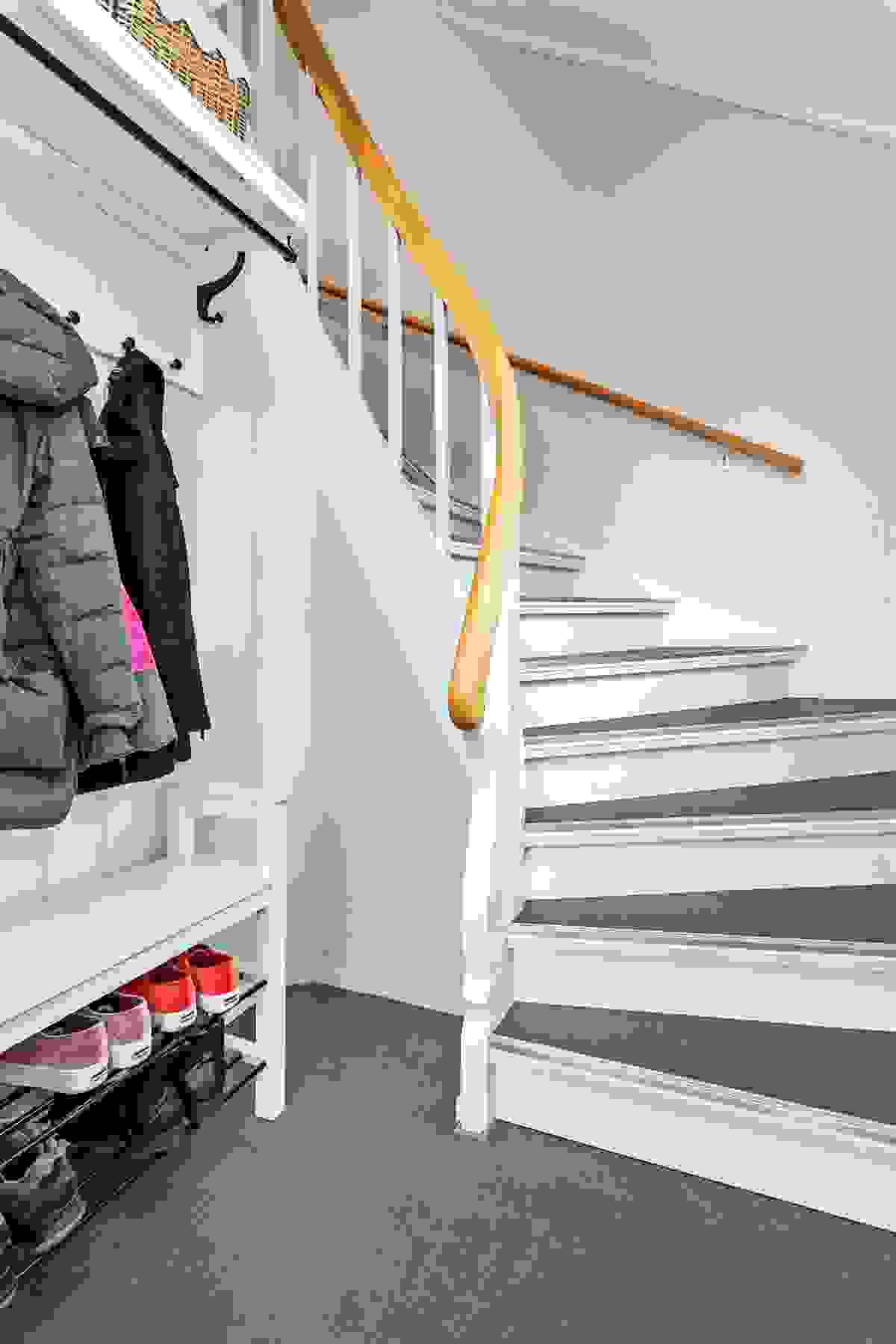 Vindfang i 1. etasje med garderobe og adkomst via trapp opp til 2. etasje