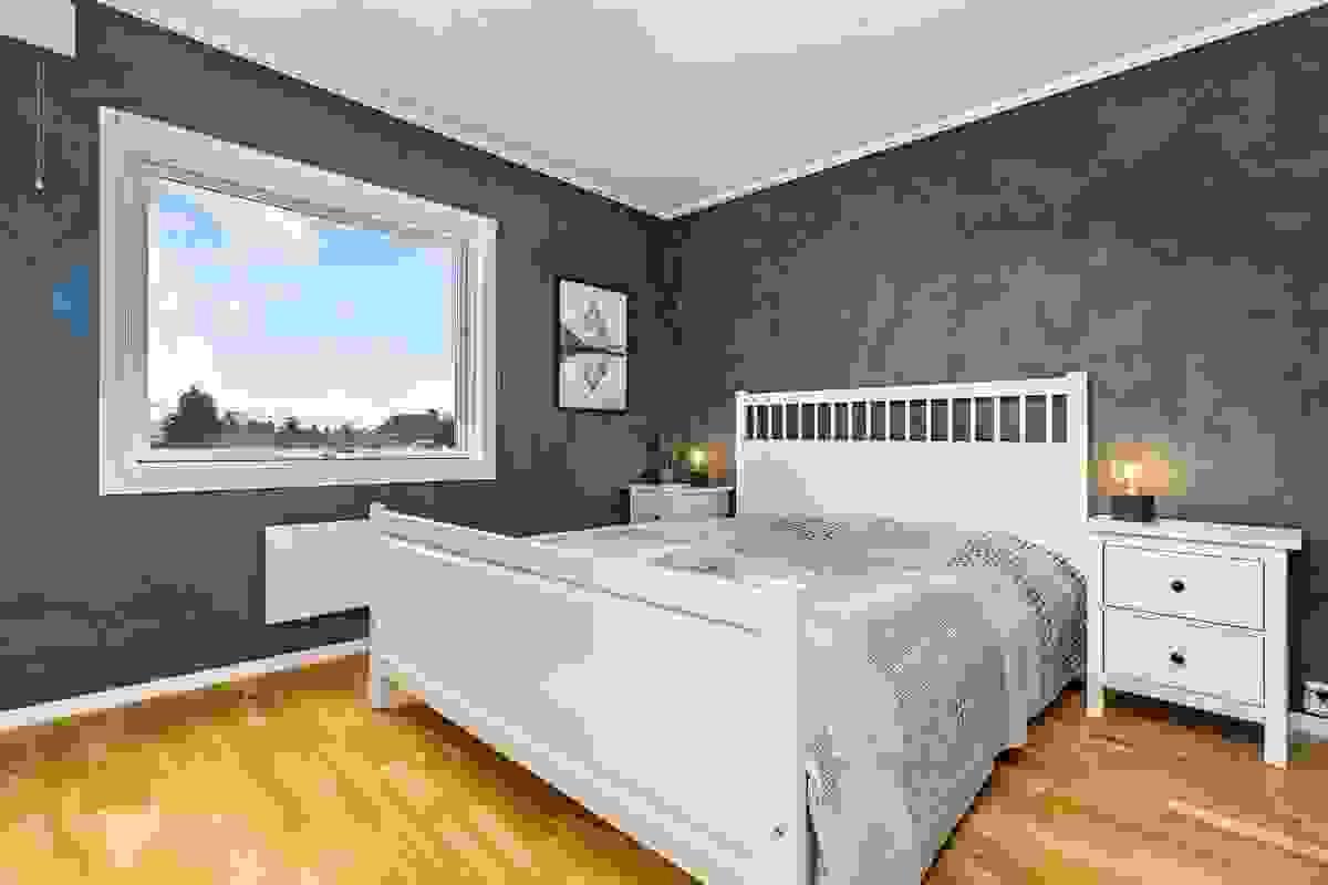 Innerveggene på soverommet er kalkmalte i 2017 i farge som gir en flott harmoni til rommet