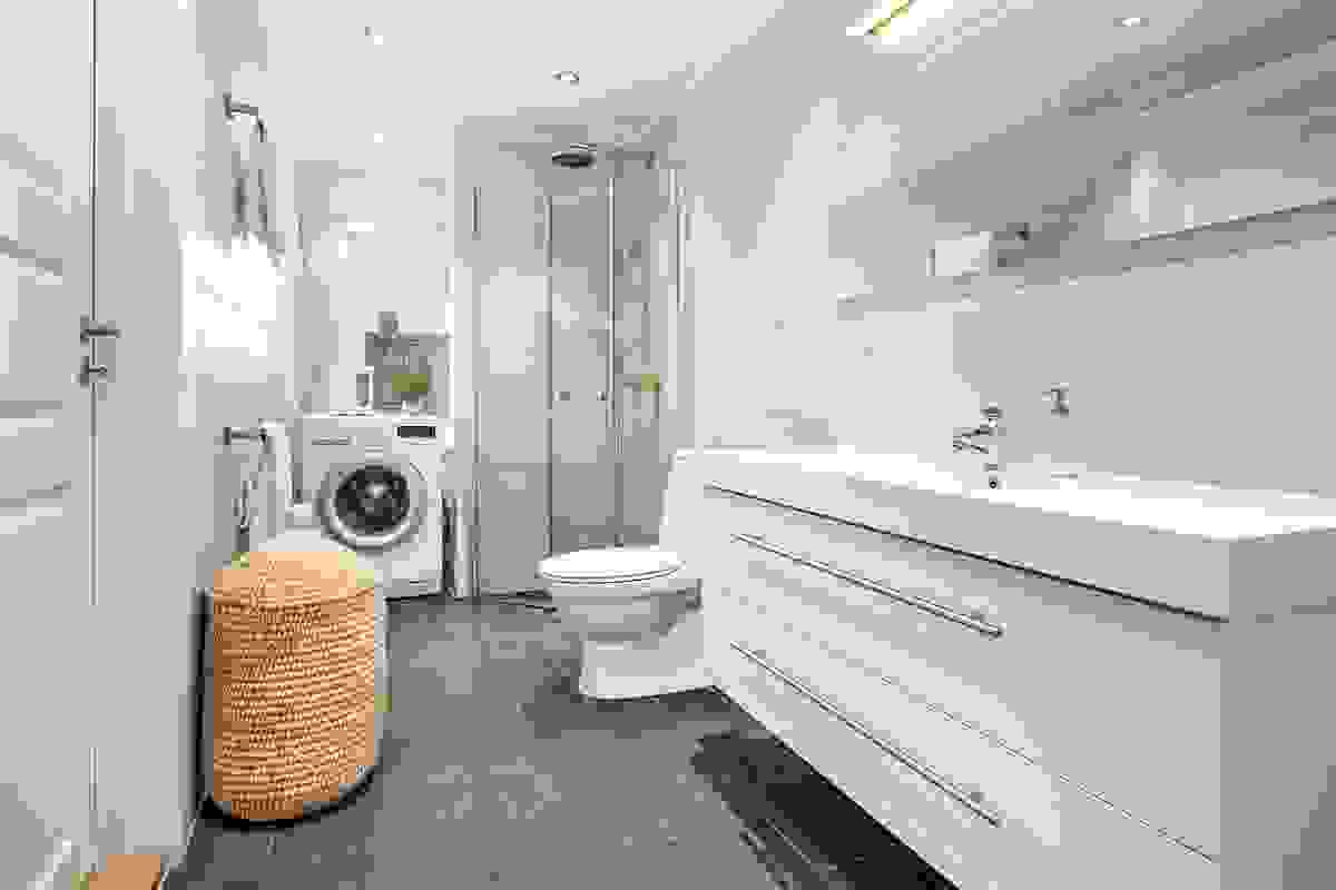 Baderommet fra 2014 med dusj, toalett og opplegg for vaskemaskin