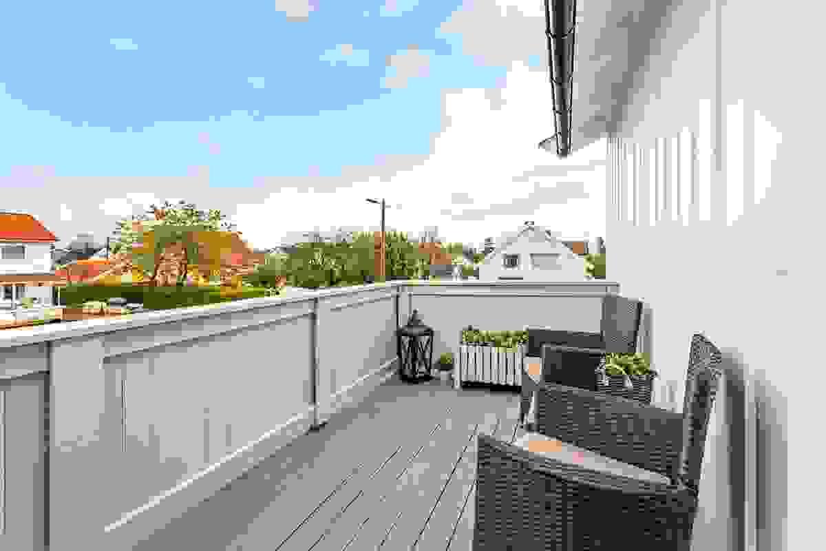 Man har også en flott balkong på ca. 9 m² ut for stue-/spisestue som er bygget i 2013