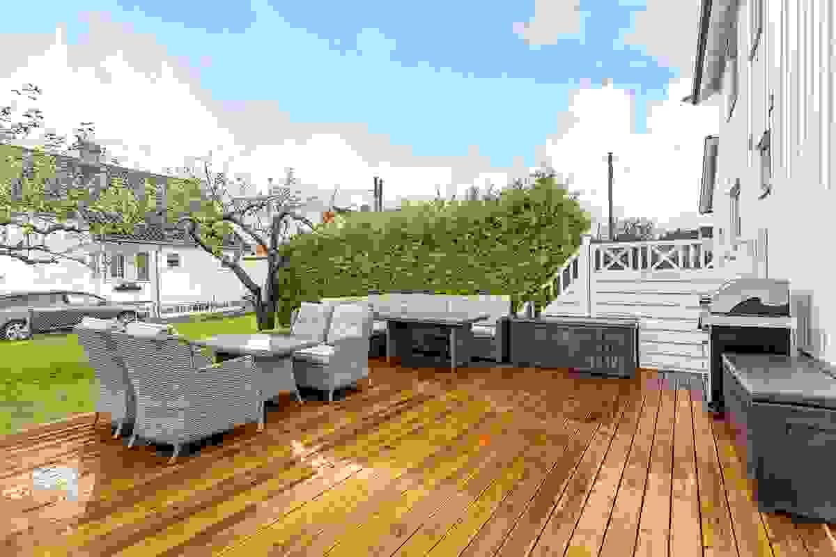 Den nyoppførte terrassen i hagen er på ca. 29 m² og er bygget på terreng av impregnerte materialer