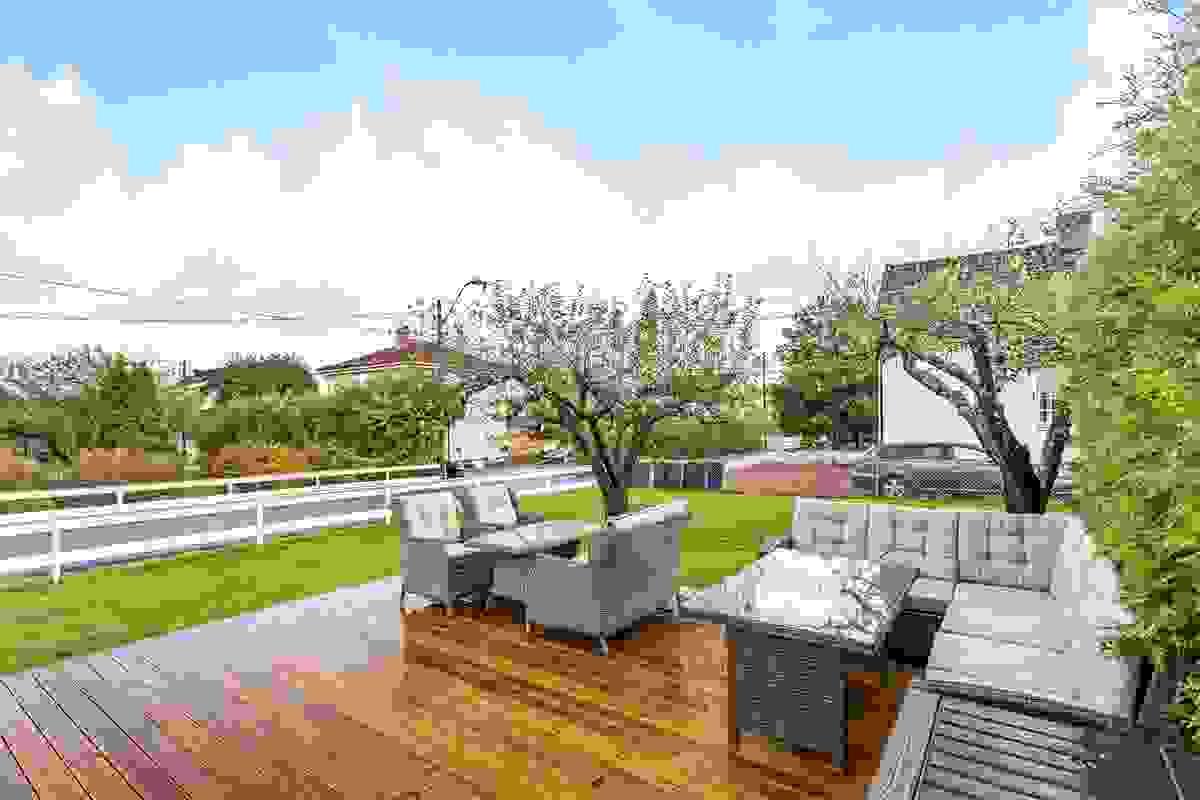 Terrassen ligger mot syd og har levegg samt skillevegg mot hagedel for leiligheten i 1. etasje som gir flott skjerming