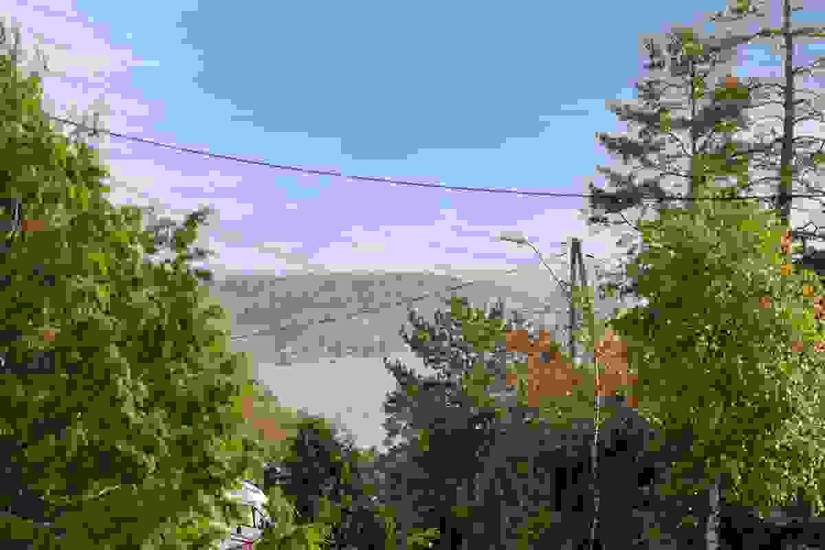 Fra balkongen tilknyttet stue-/spisestue er det utsikt mot Vestfjorden