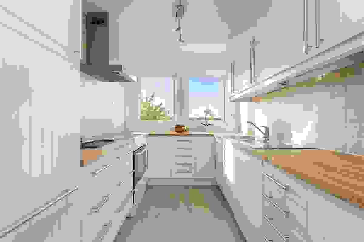 Nyere og innholdsrikt kjøkken med tilhørende hvitevarer