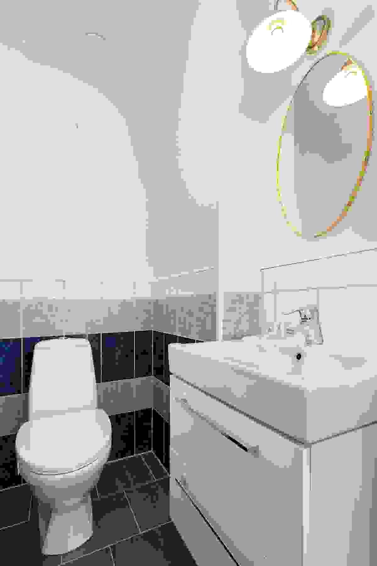 Toalettrommet i 1. etasje har nylagte fliser på gulvet fra 2017
