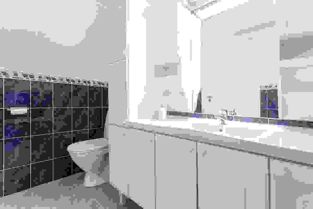 Lyst og innbydende rom innredet med bl.a. innfliset badekar m/dusjanretning, nytt sokkeltoalett fra 2016 og baderomsinnredning med helstøpt servantplate