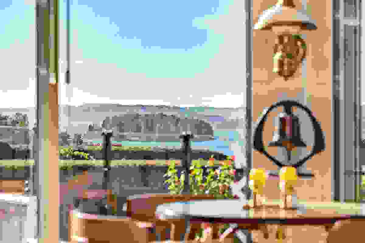 I Hellalia 12 har du en fantastisk beliggenhet og panorama til sjøen