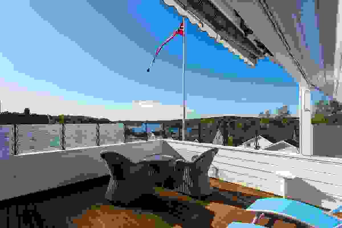 Denne flotte uteplassen er bygget over taket til hagestuen fra 2005