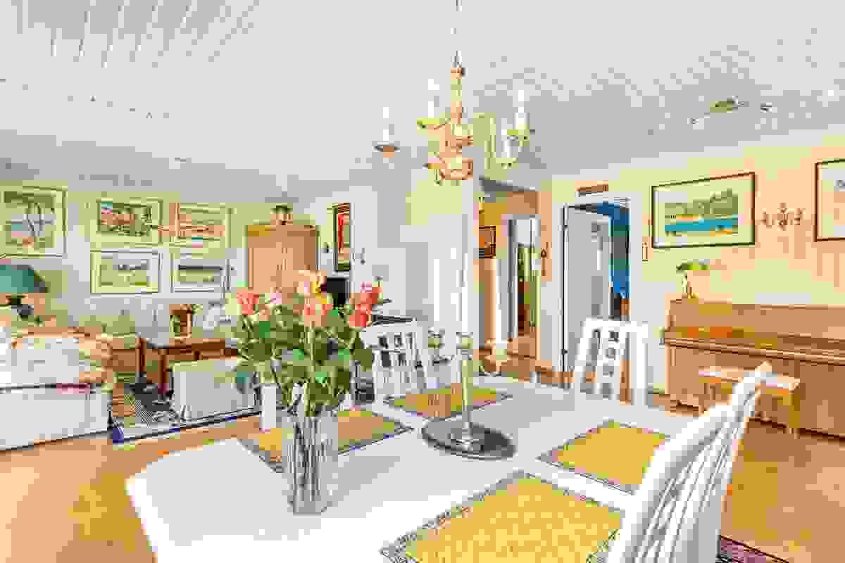 """Møbleringsvennlige og lune rom med plass for både stor spisestue, sofagruppe og """"egen avdeling"""" ved peisestuen"""