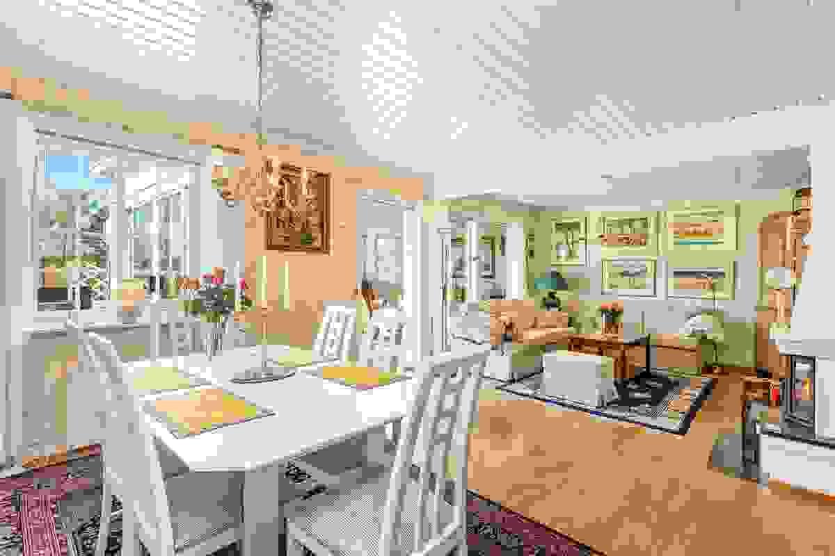 Dette er et stort og lyst rom med plass i massevis, og den flotte sammenhengen med hagestuen gir fantastiske hovedoppholdsarealer