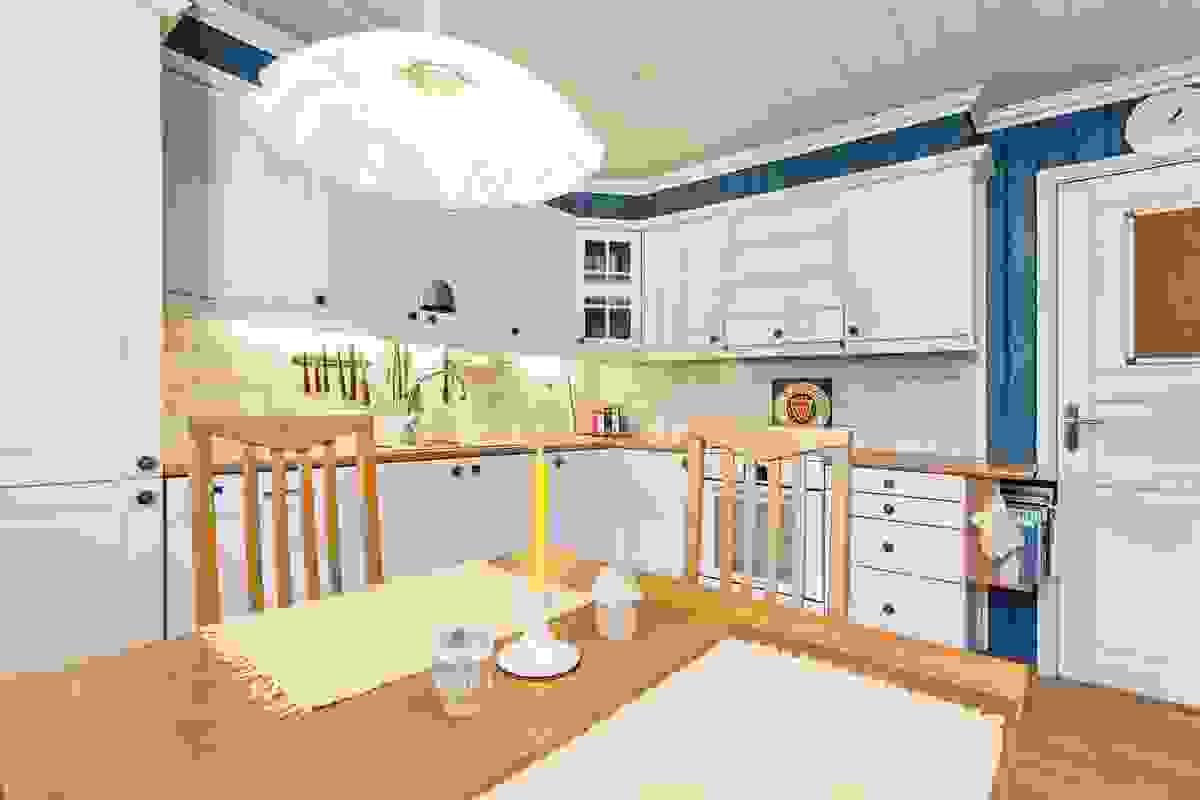 Kjøkkenet med spiseplass og østvendte vinduer som slipper inn morgenslyset
