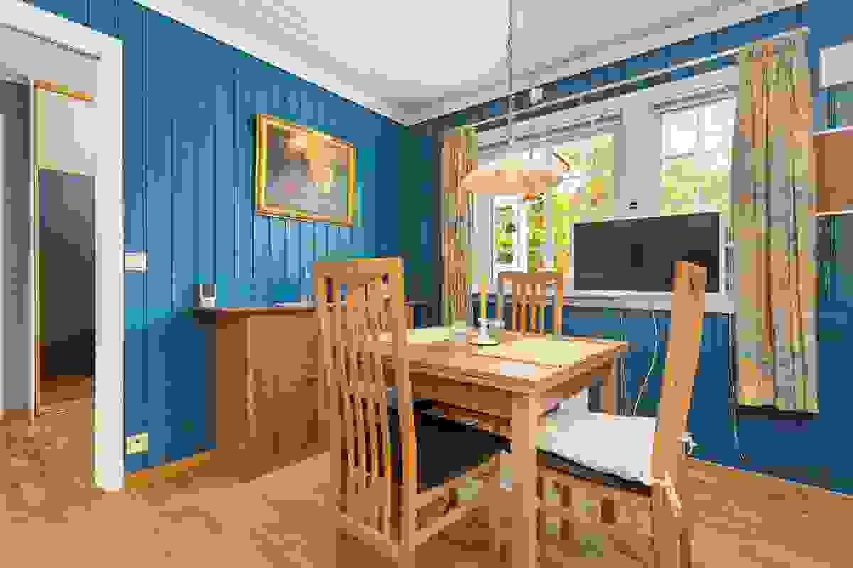 Kjøkkenet er koselig, og de to store vinduene mot øst gjør at man kan innta frokost ved spisebordet med morgensolen skinnende inn i rommet