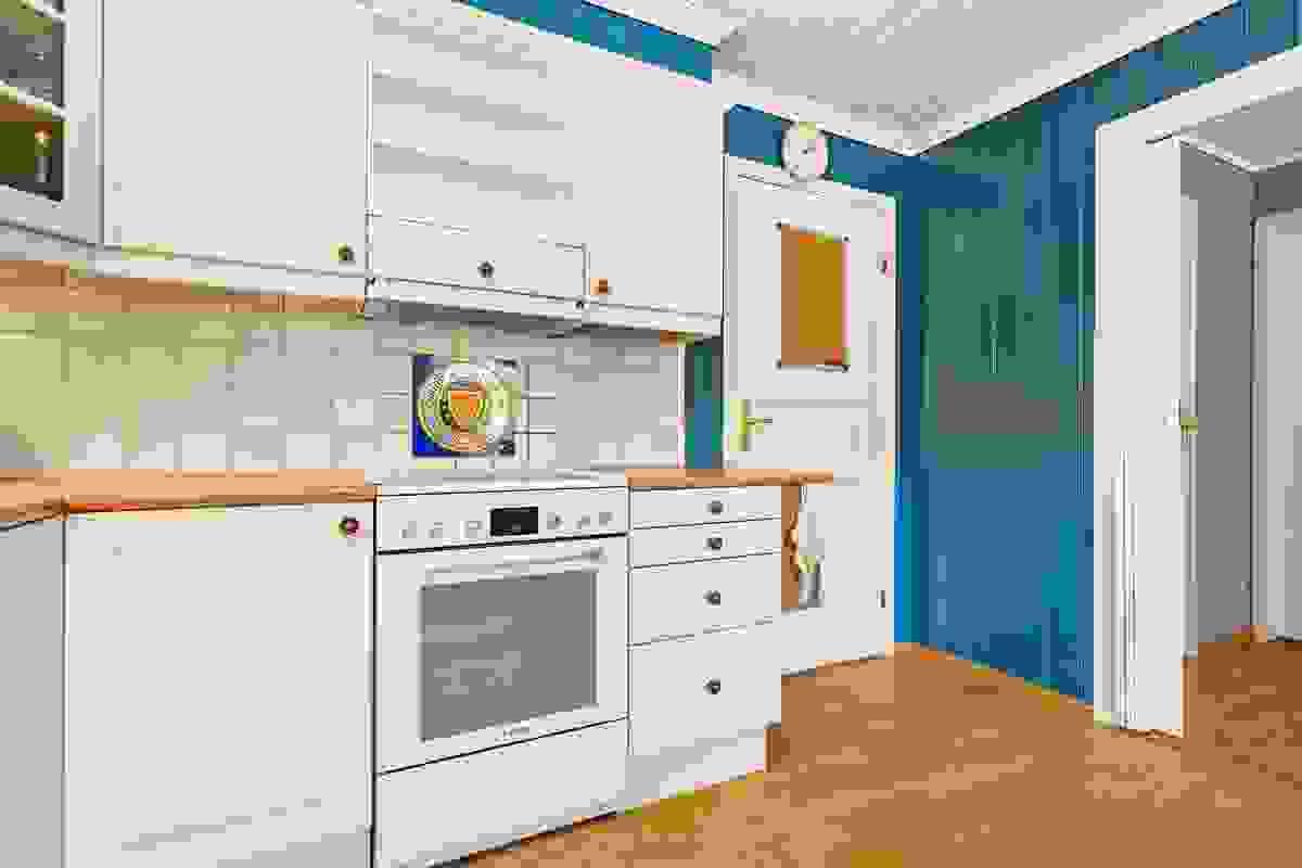 Rommet har adkomst fra foldedør i entrèen og dør i stue-/spisestue