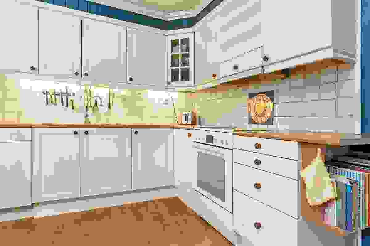 Kjøkkenet har eikeparkett på gulv