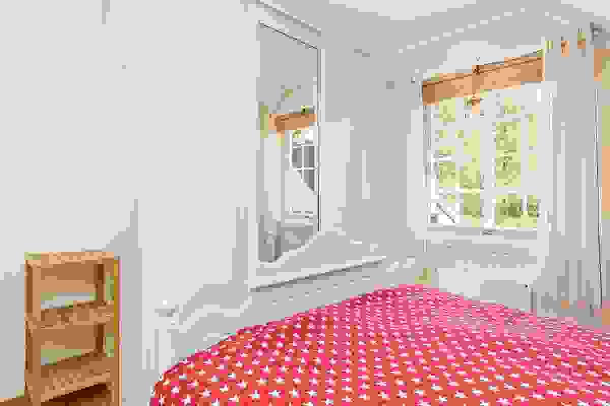 Soverom 2 har 2-dørs skyvedørsgardeobe i skråvegg og 3-dørs takhøy skyvedørsgarderobe på langvegg
