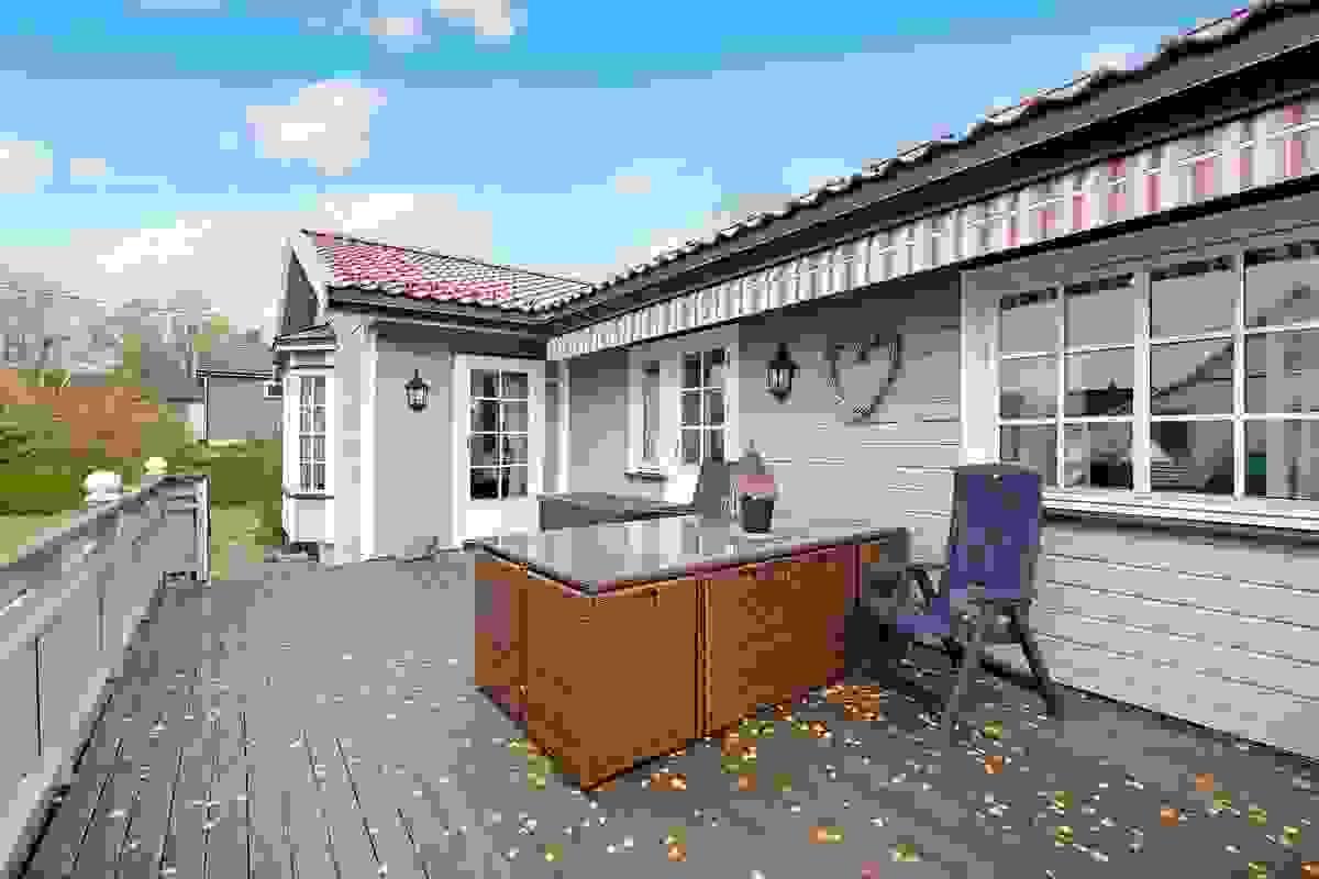Terrasse med elektrisk terrassemarkise