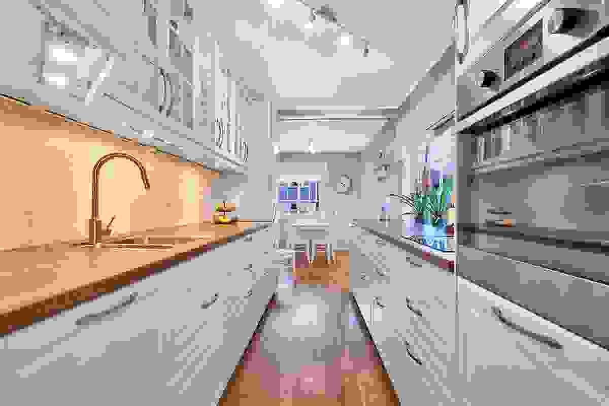Kjøkken med integrert koketopp, stekeovn, oppvaskmaskin samt kjøl-/ fryseskap