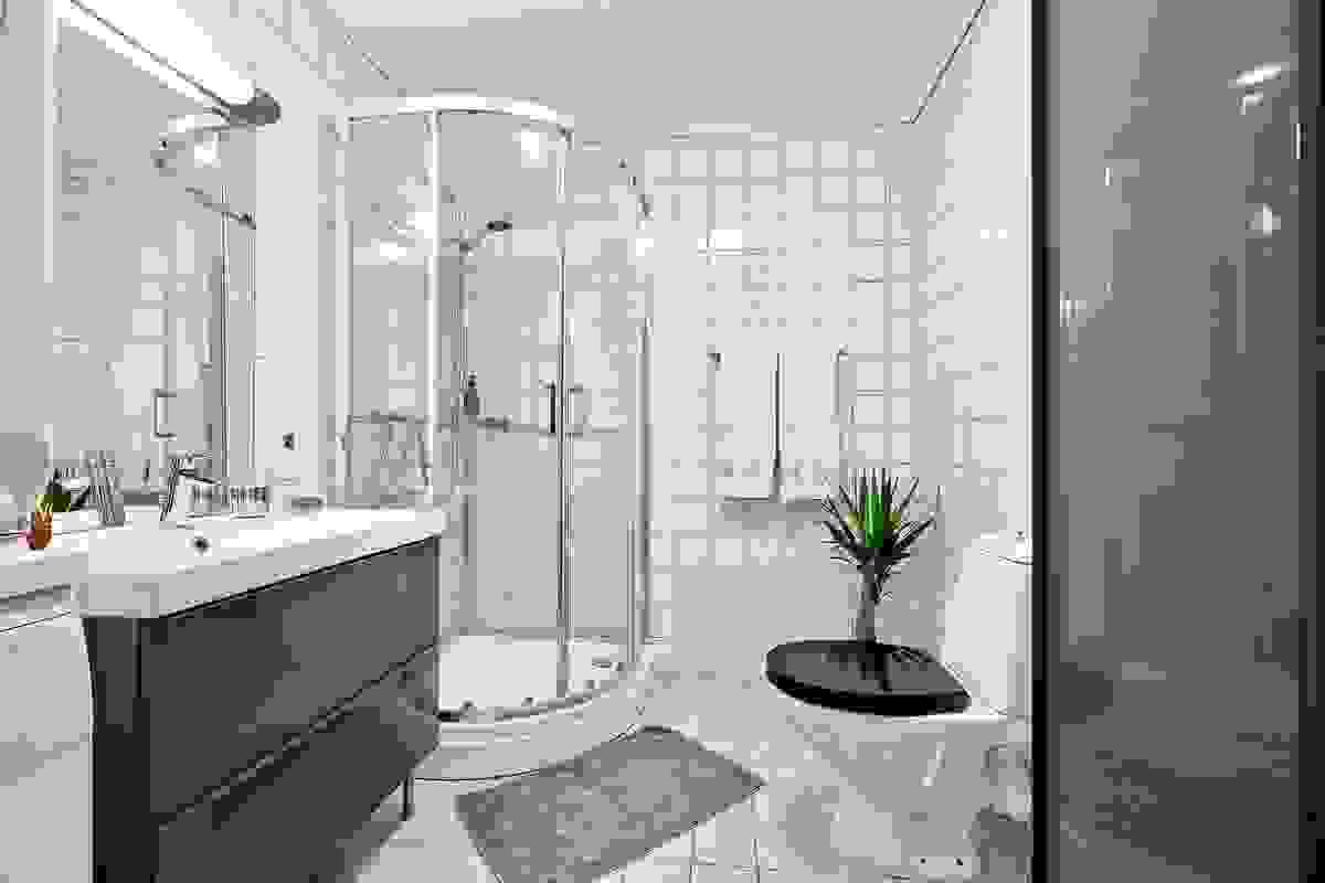 Inneholder kabinett, servant i samme stil som kjøkkenet, toalett og opplegg til vaskemaskin