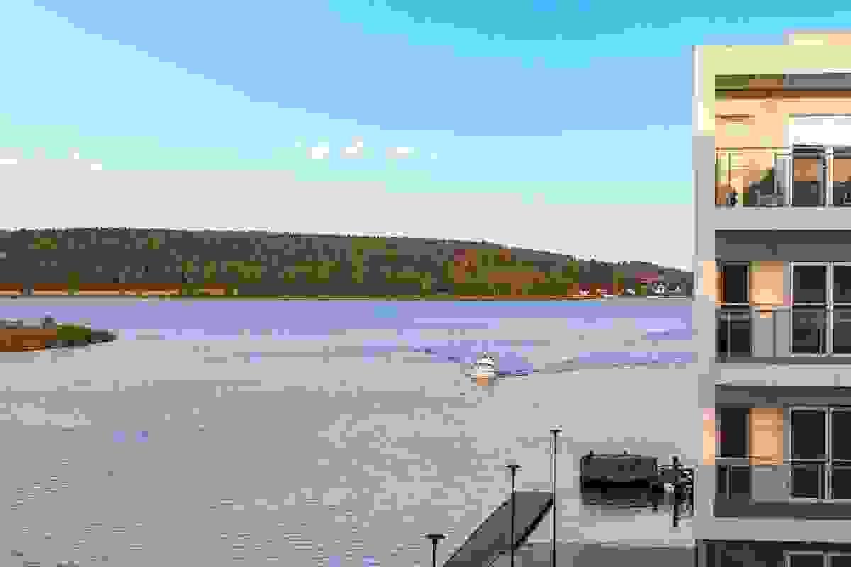 Leiligheten har i tillegg til flott utsikt mot byen også vakker utsikt ut Kanalen i motsatt retning