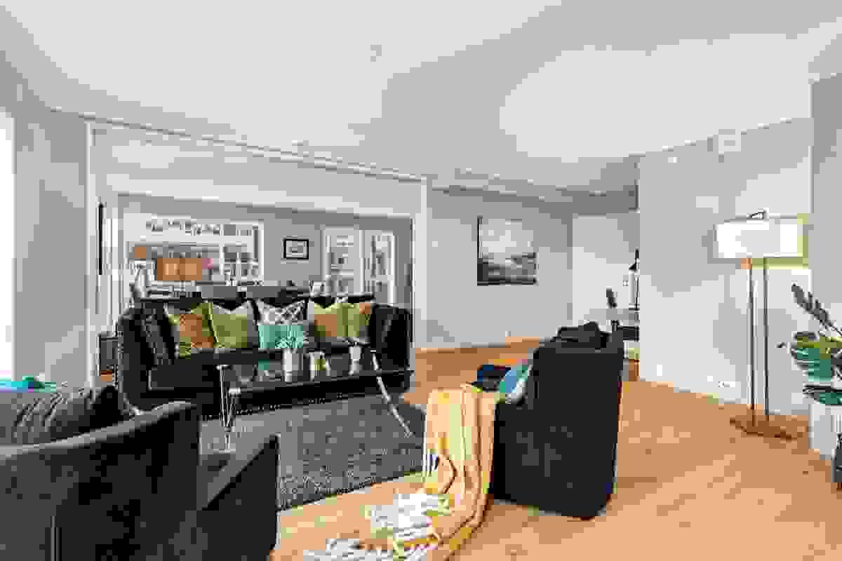 Med sin flotte størrelse, tilbyr leiligheten mange av villalivets fordeler med planløsning og soner som minner om villaens tilbaketrukne privatliv