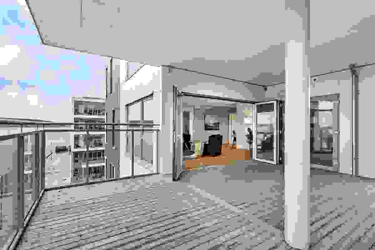"""Hovedterrasen blir nærmest som en """"ekstra stue"""" i sommerhalvåret og kan innglasses hvis ønskelig"""