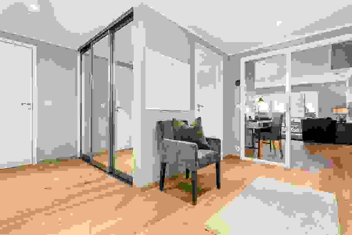 Den brede og romslige entreèn har en praktisk skyvedørsgarderobe med innredning dører av speil.