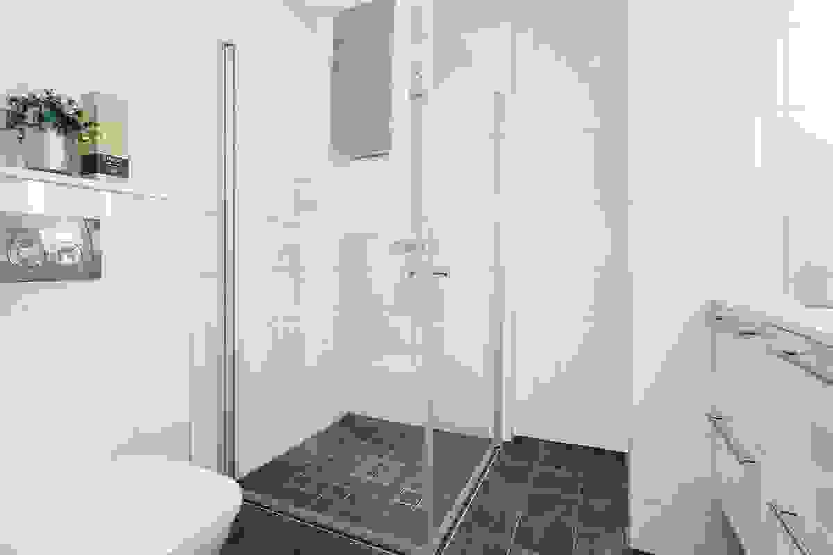 Begge baderommene har flislagte vegger og flislagte gulv med elektrisk gulvvarme